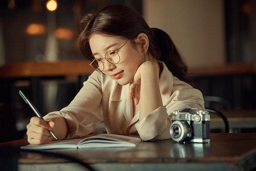 `국민 첫사랑` 수지, 가을하늘 닮은 아련한 눈빛 화보 공개